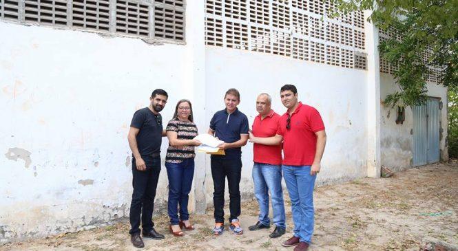Prefeita Vilma Amorim entrega projeto solicitando a reforma do ginásio do bairro Nova Esperança