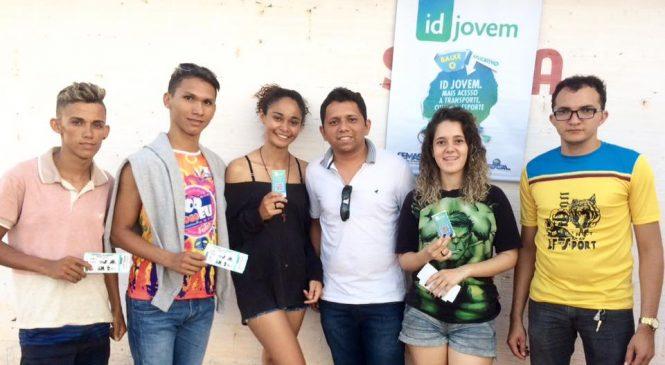 Jovens pagam meia entrada com a carteira do ID Jovem