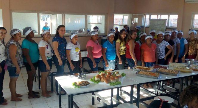 Merendeiras participam de curso de gastronomia a base de peixe