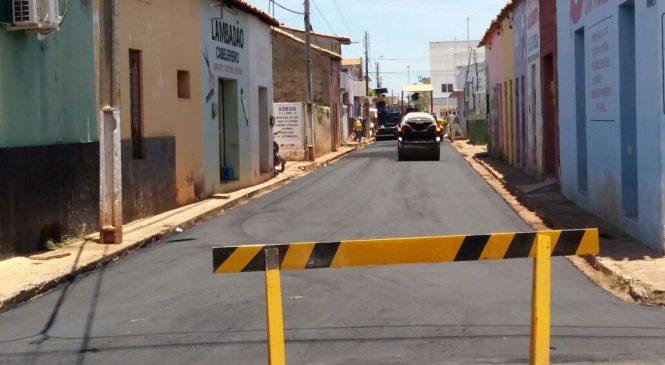 Entorno do mercado público municipal recebe novo asfalto