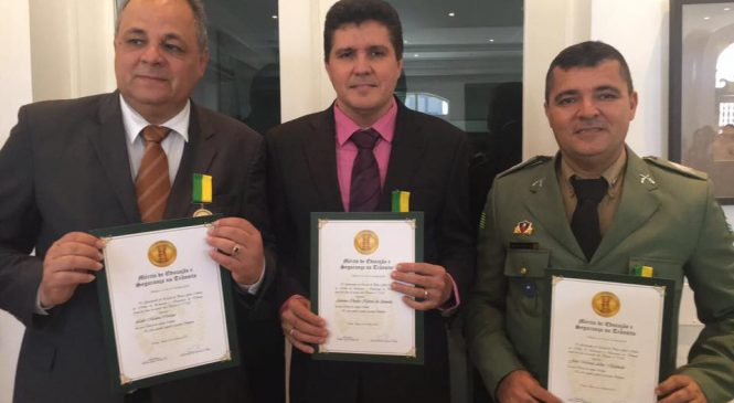 Promotor Charles Almeida, e sargento machado recebem medalha por boas práticas no trânsito
