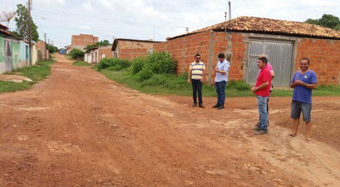 Técnico da SDR faz levantamento topográfico para obras de calçamento em Esperantina