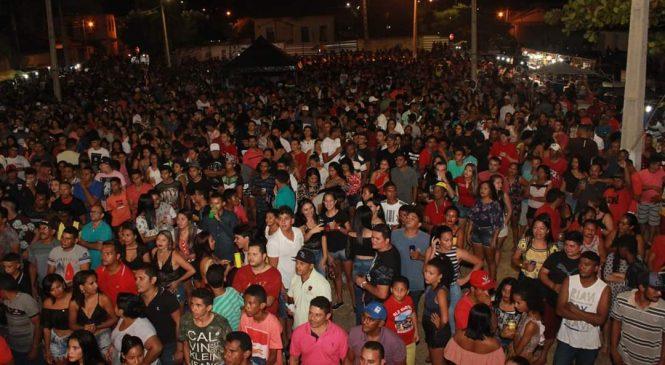 Deputados realizam festa da vitória em praça pública