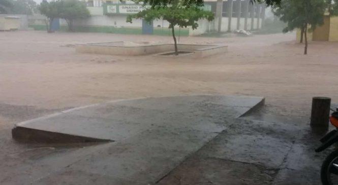 Chuva de quase 100 mm causa alagamento e prejuízos em Esperantina