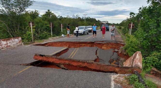 Ponte que liga Piracuruca a localidade Alto Alegre cai e deixa PI sem acesso