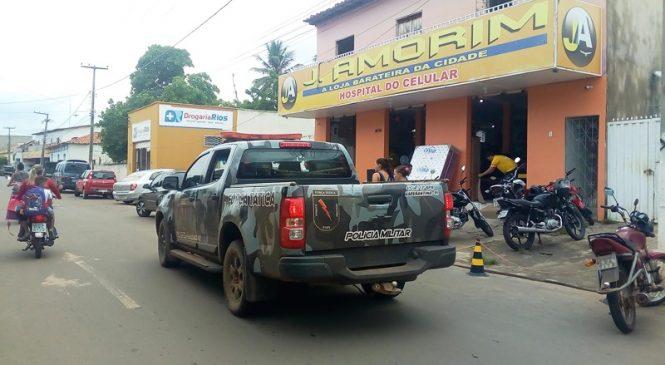 Dois bandidos invadem loja no centro de Esperantina e levam todos os celulares
