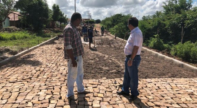 Prefeito Genival Bezerra investe em obras de calçamento em vários bairros