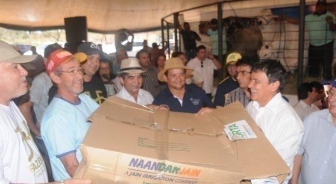 Governador entrega equipamentos para pequenos produtores e autoriza obras em Piripiri
