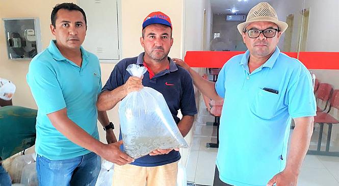 Prefeitura de Joaquim Pires entrega 15 mil alevinos a pequenos piscicultores