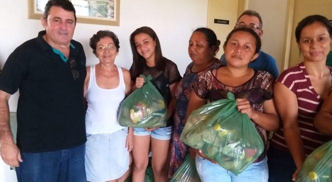 Prefeito Marcos Henrique entrega cestas básicas a famílias carentes de Morro do Chapéu