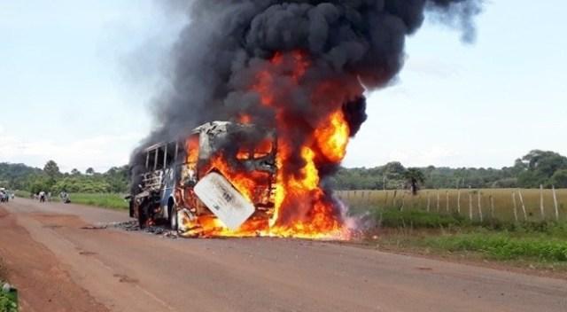 Ônibus da empresa Fretur pega fogo na PI-211 em Esperantina