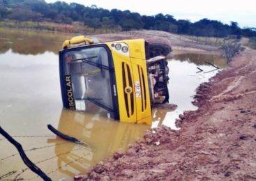 Ônibus escolar tomba e cai dentro de açude em São Miguel do Tapuio