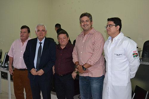 Presidente Themístocles entrega computadores de doação da Assembleia ao HGV
