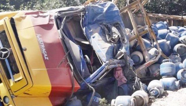 Caminhão carregado com botijões tomba e derruba poste no Piau
