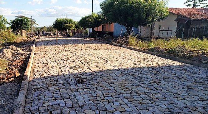 Prefeito Genival Bezerra visita obras de calçamento do bairro Ferreirão