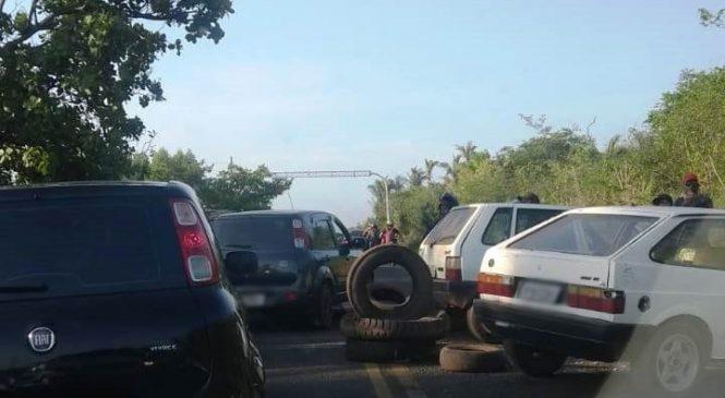 Estudantes e trabalhadores bloqueiam a PI-113 durante protesto em José de Freitas
