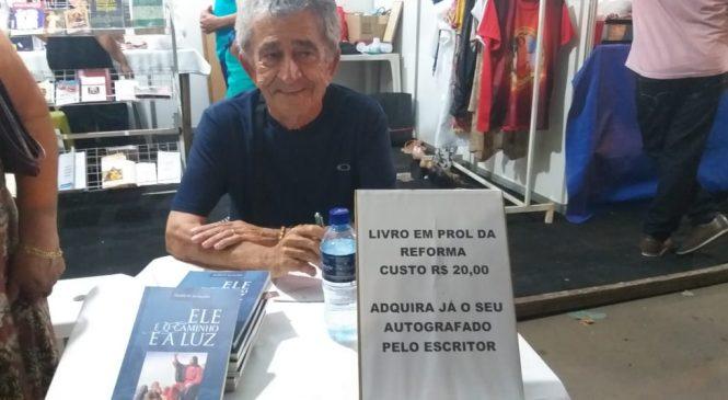 Escritor Geraldo Magela, doa toda renda da venda de seu livro a paróquia de Esperantina