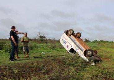 Motorista perde controle e ambulância com 04 pessoas capota em Sigefredo Pacheco