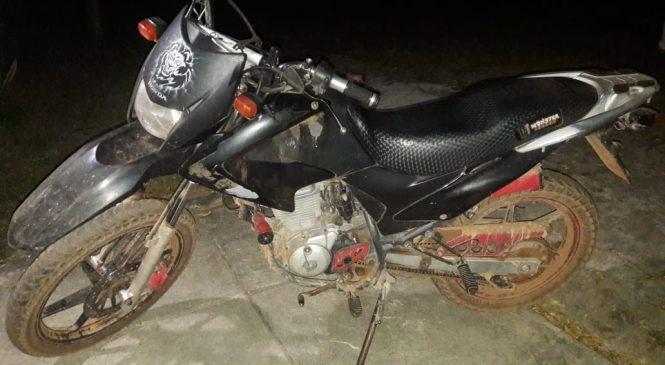 Moto deixada pelos bandidos durante assalto é da cidade de Santa Rita no Maranhão