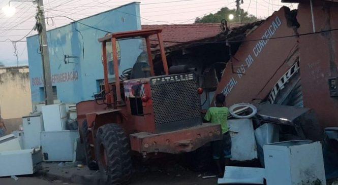 Trator desgovernado destrói oficina e comércio na cidade de Piripiri