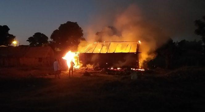 Casa é incendiada durante a madrugada em Esperantina
