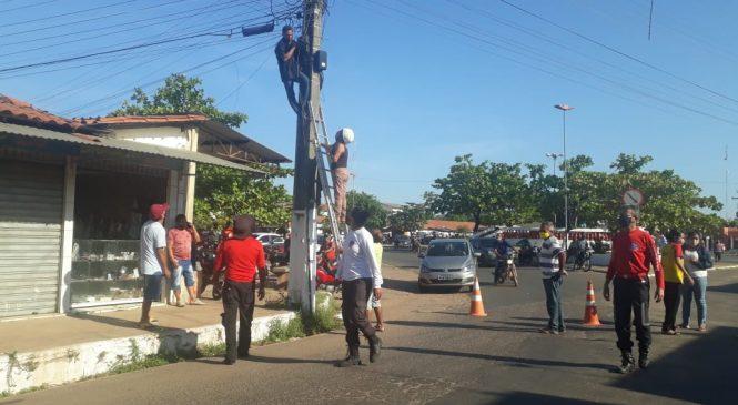 Homem é resgatado ao tentar se jogar de cima de poste em Barras