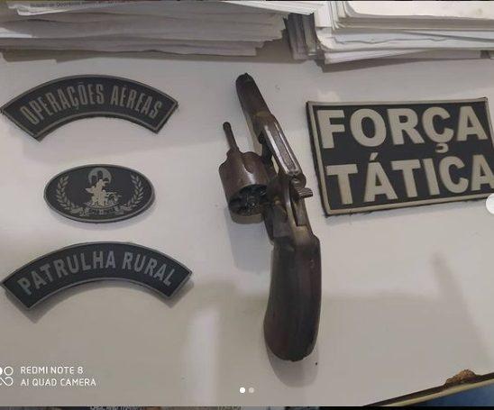 Homem é preso com revólver calibre 32 após fugir da polícia na zona rural de Esperantina