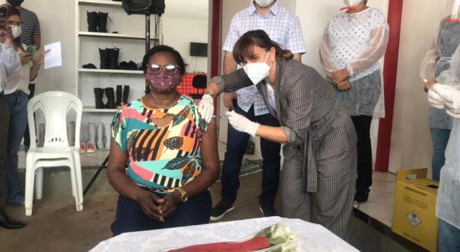 Prefeita Ivanária Sampaio, aplica a primeira dose da vacina Coronavac em Esperantina