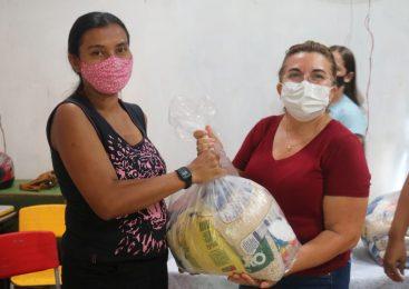 Prefeitura entrega cestas básicas para famílias carentes de São João do Arraial