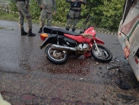 Jovem morre e outro fica ferido em acidente entre moto e micro-ônibus em Luzilândia
