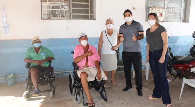 Secretaria de saúde entrega cadeiras de rodas motorizadas e cadeiras de banho