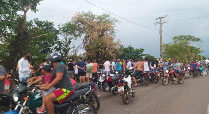 Centenas de pessoas se aglomeram após acidente de carro em Esperantina