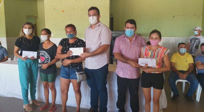 Prefeito Marcos Henrique entrega cartões do programa sasc emergencial