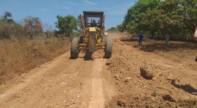 Prefeita Ivanária Sampaio acompanha serviços de recuperação da estrada vicinal da comunidade Tinguís