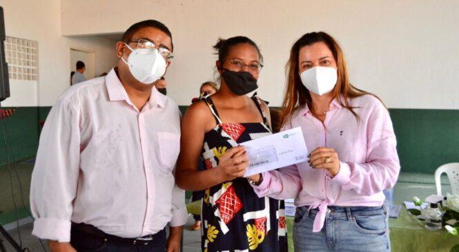 Prefeita Ivanária Sampaio entrega 147 cartões do programa Sasc Emergencial